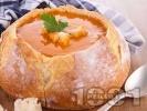 Рецепта Пилешка супа с бекон, лук, чушки, царевица, моркови и ориз в хлебче